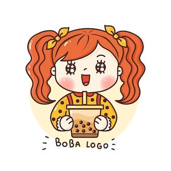 Милая девушка держит логотип bubble tea для брендинга магазина и кафе с молочным чаем