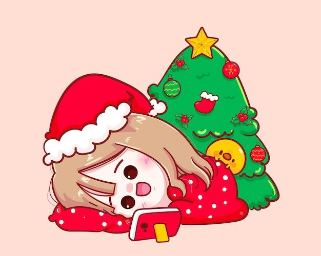 산타 클로스 의상을 입은 귀여운 소녀 누워서 그녀의 스마트 폰 그림에서 영화를 봅니다.