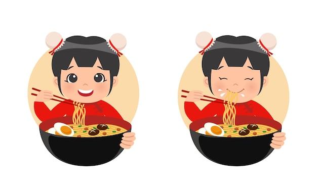 伝統的な中国の服装のかわいい女の子が麺ラーメンを食べる