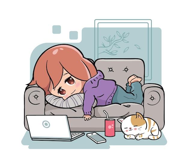 Милая девушка лежит на диване и лениться