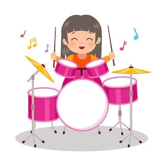 Милая девушка играет на барабанном инструменте музыкальный клип плоский векторный мультяшный дизайн