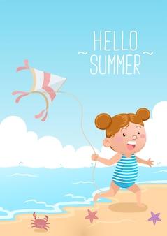 Милая девушка играет с воздушным змеем на пляже, привет лето