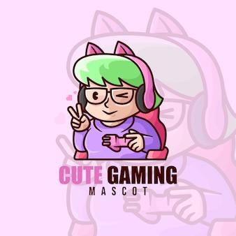 Милая девушка играет в видеоигру с логотипом маскота