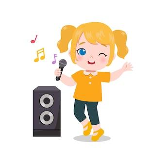 Милая девушка поет песню с караоке-машиной