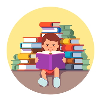 Симпатичная девушка сидит и читает книгу