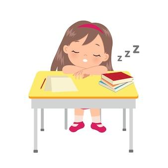 彼女の勉強机で寝ているかわいい女の子