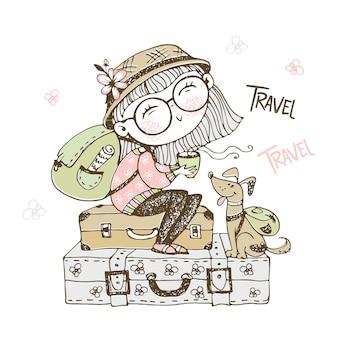 Милая девушка турист с рюкзаком, сидя на чемоданах с ее собакой.