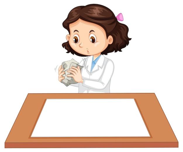 Ragazza carina che indossa l'uniforme da scienziato con carta bianca sul tavolo