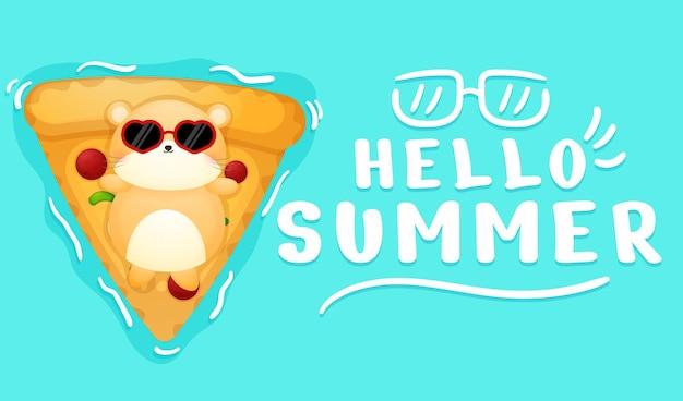 夏の挨拶バナーとピザ水泳ブイの上に横たわってかわいいハムスター