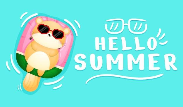 夏の挨拶バナーと水泳ブイに横たわってかわいいハムスター