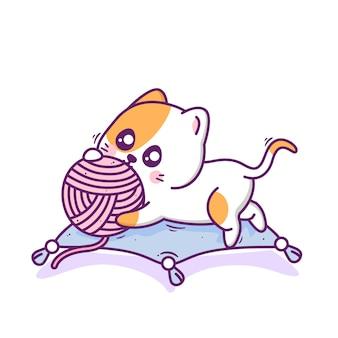 Милый счастливый кот играет в мяч пряжи