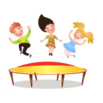 Милая счастливая девушка и мальчик прыгает на батуте во дворе