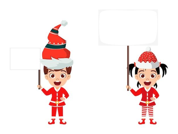 分離されたバナーを保持し、白い背景で分離された陽気なカリスマを祝うかわいい子供の男の子と女の子