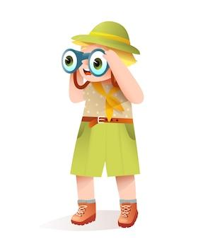 정글 사파리 옷을 입은 귀여운 꼬마 소년은 쌍안경을 보고 놀라고 웃고 있습니다.