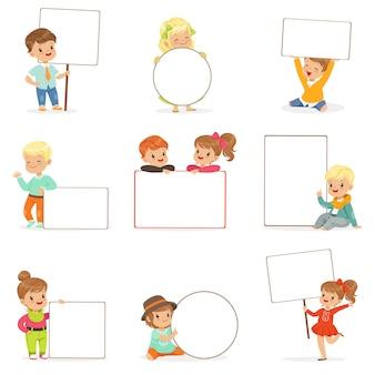 다른 포즈에 흰색 빈 보드를 들고 귀여운 아이 설정합니다. 빈 포스터 일러스트와 함께 캐주얼 옷에 작은 소년과 소녀 미소