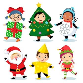Милые дети в рождественских костюмах