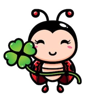 행운의 클로버를 들고 귀여운 무당 벌레