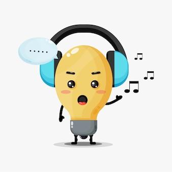音楽を聴くかわいい電球マスコット