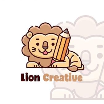 Милый лев, обнимающий мультяшный логотип с карандашом