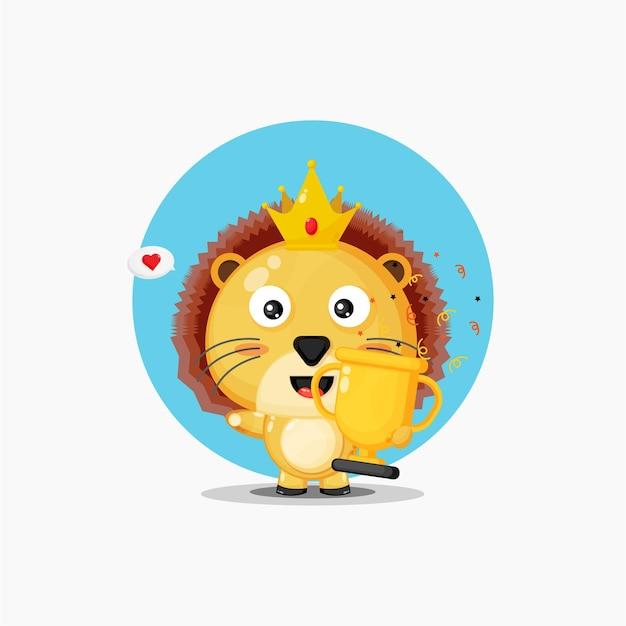 かわいいライオンのマスコットがトロフィーを持ち上げます
