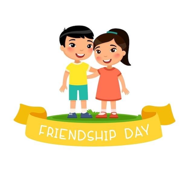 かわいい小さなアジアの男の子と女の子が抱き締めます。友情日のコンセプトです。黄色いリボンの背景のテキスト。面白い漫画のキャラクター。白い背景で隔離の図