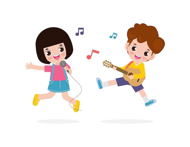 かわいい小さなアジアの男の子と女の子がギターを弾いて歌う