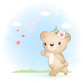 귀여운 작은 곰과 그물로 나비 잡기