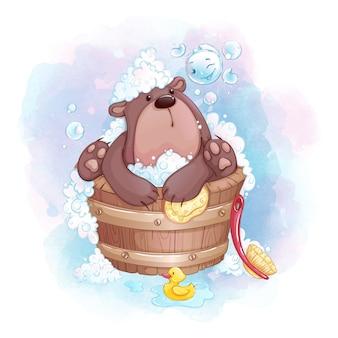 Милый маленький медведь купается в деревянной ванне и играет с мыльными пузырями.
