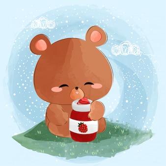 Милый маленький медведь ест клубничное варенье