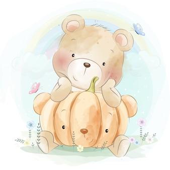Милый маленький медведь обнимает тыкву