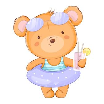주스를 들고 수영복에 귀여운 작은 곰