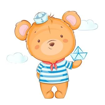 Милый маленький медведь в матросской форме держит бумажный кораблик