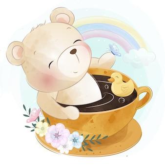 Милый маленький медведь сидит внутри чашки кофе