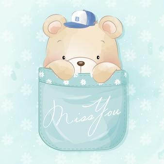 Милый маленький медведь сидит в кармане