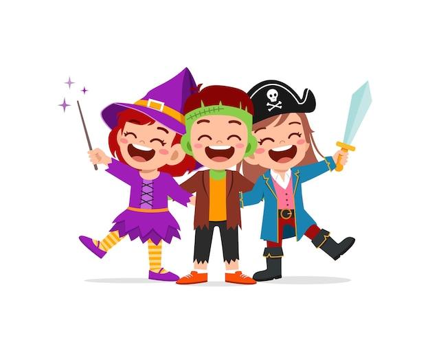 かわいい男の子と女の子が友達とハロウィーンを祝う