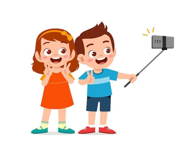 かわいい男の子と女の子が一緒に自分撮りイラストを撮ります