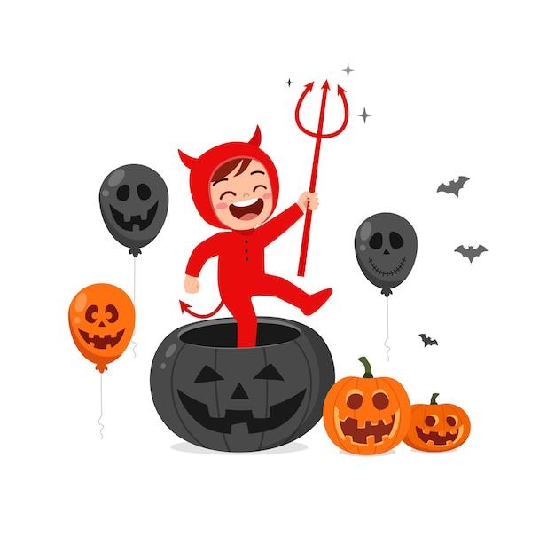 かわいい男の子はハロウィーンの服の悪魔の衣装を祝う
