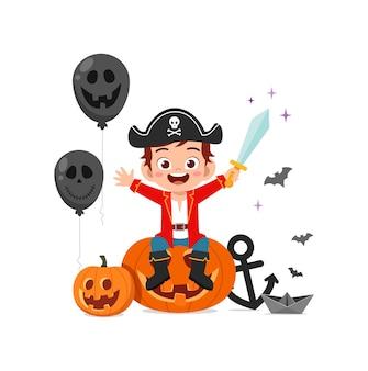 かわいい男の子はハロウィーンの服の海賊の衣装を祝う