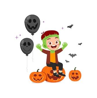 かわいい男の子はハロウィーンの服のゾンビの衣装を祝う