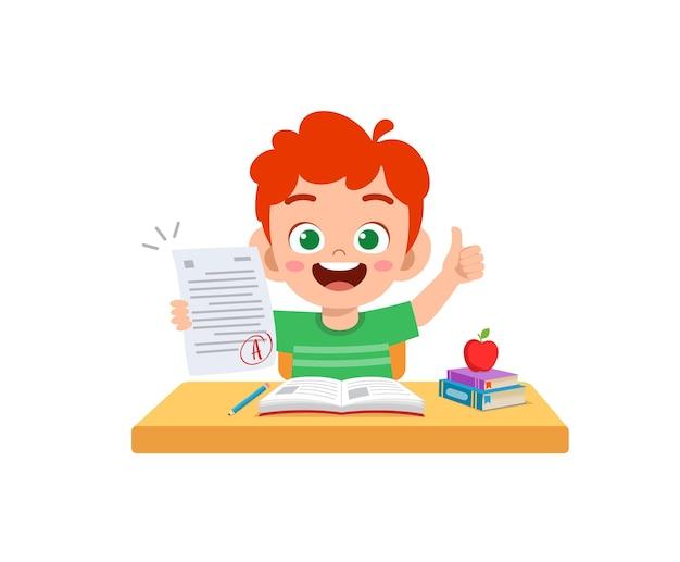 Милый маленький мальчик чувствует себя счастливым, потому что получил хорошую оценку на экзамене