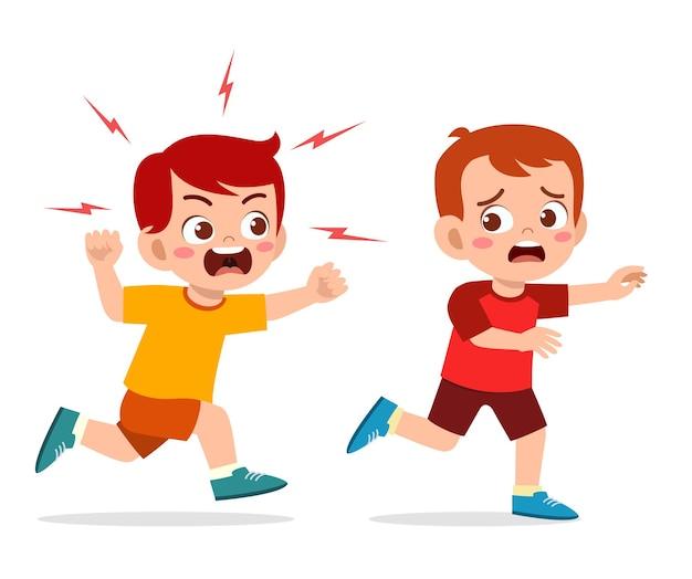 かわいい男の子は怒って怖い友達を追いかけます