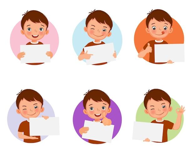 Милый маленький мальчик держит пустой лист бумаги с разными выражениями лица
