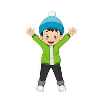 Милый маленький мальчик в теплом свитере