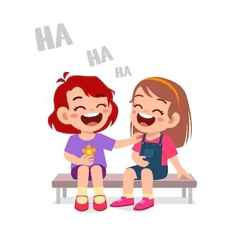 かわいい男の子は友達と一緒に笑う