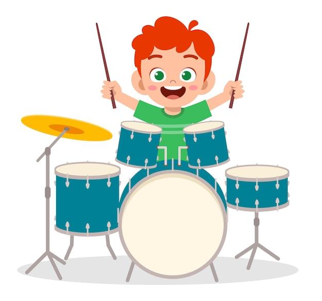 Милый маленький мальчик играет на барабане на концерте