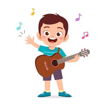 귀여운 소년 콘서트에서 기타를 연주