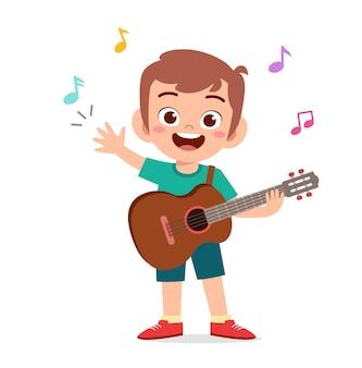 かわいい男の子がコンサートでギターを弾く