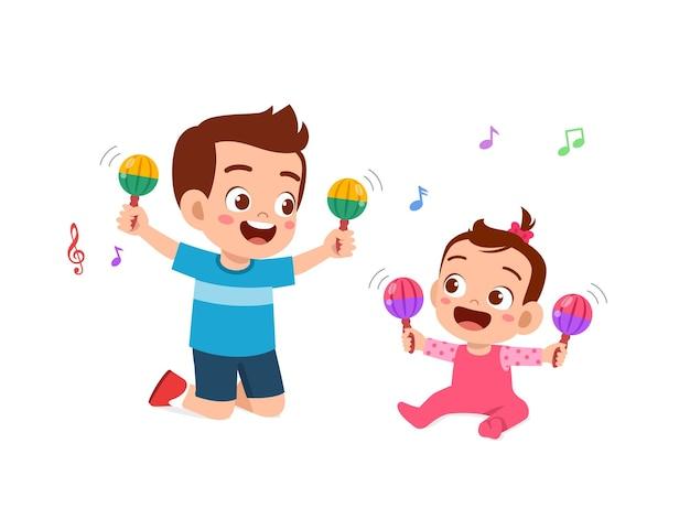 Милый маленький мальчик играет с братом и сестрой вместе