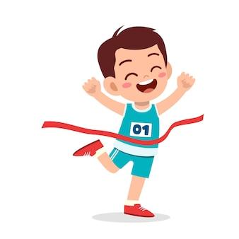 Милый маленький мальчик бежит в марафонской гонке и побеждает