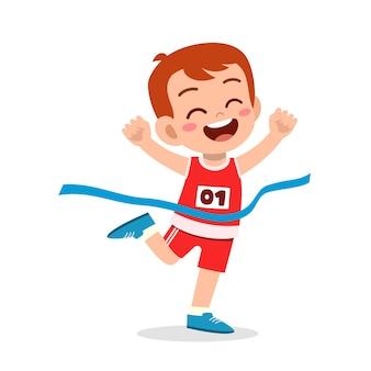 かわいい男の子がマラソンレースで走って勝ちます